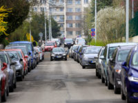 Ulici Pod Cihelnou po otevření centra zaplavila auta - zhruba polovina parkuje přes den tam, kde to zakazuje zákon. Radnice i ministervso nyní hledájí cestu, jak přívalům aut zamezit a umožnit parkování rezidentů. Vše však, opakují, dořeší až zavedení zón.